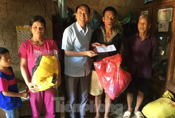 Gia đình ông Vi Văn Đàng- hộ nghèo đặc biệt khó khăn nhận quà, hỗ trợ của báo Tiền Phong .Ảnh: Duy Chiến