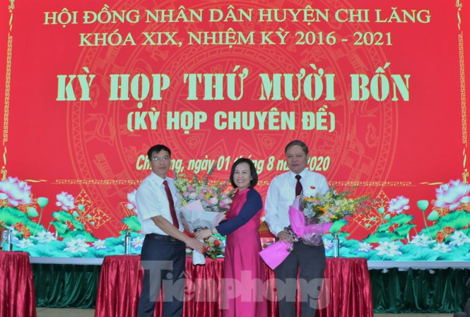 Phó chủ tịch HĐND tỉnh Lạng Sơn (giữa) tặng hoa chức mừng ông Phùng Văn Nghĩa (bìa trái) và ông Vi Nông Trường (bìa phải) .Ảnh: Duy Chiến