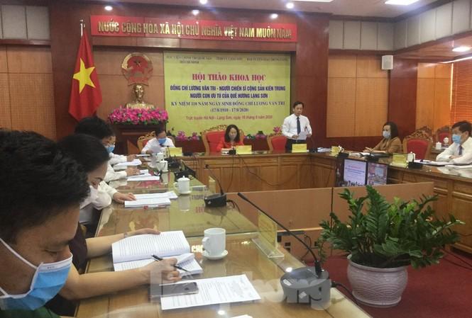 Đồng chí Hoàng Văn Nghiệm, Phó bí thư TT tỉnh  ủy Lạng Sơn (đứng) tham luận Hội thảo tại điểm cầu Lạng Sơn .Ảnh: Duy Chiến