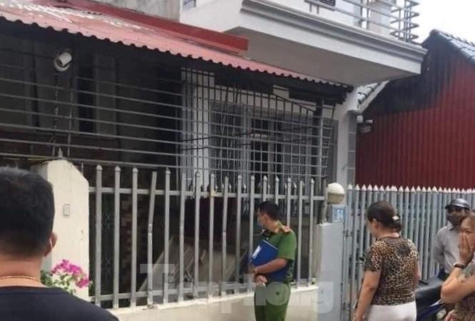 Lực lượng chức năng và người dân đứng trước cửa nhà có 2 thi thể chết bất thường nhiều hôm .Ảnh: DC