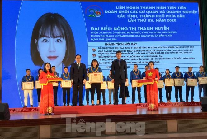 Đại diện Lãnh đạo Trung ương Đoàn và tỉnh Lạng Sơn tôn vinh 26 thanh niên xuất sắc nhận Bằng khen của trung ương Đoàn .Ảnh: Duy Chiến
