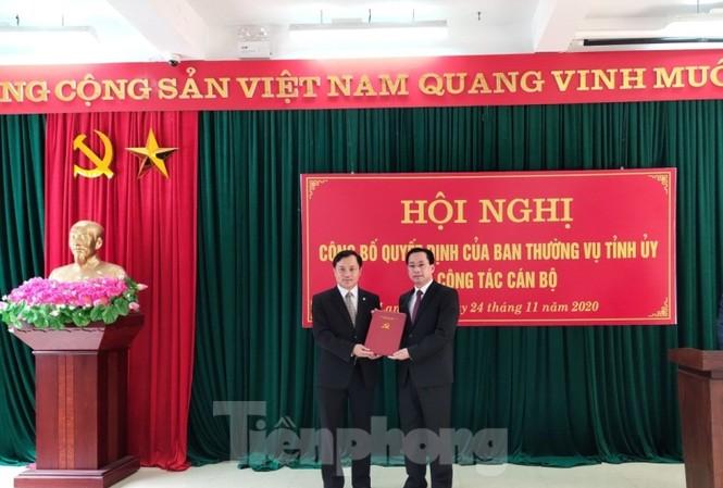 Ông Nguyễn Đức Quý (bìa trái) nhận quyết định của lãnh đạo Tỉnh ủy Lạng Sơn
