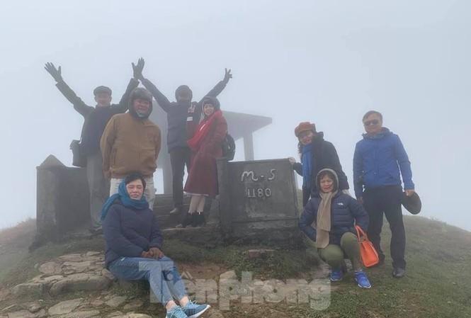 Dù không có băng tuyết, nhiều du khách vẫn thích thú với cái gió, cái lạnh trên đỉnh mẫu Sơn .Ảnh: N.X.L