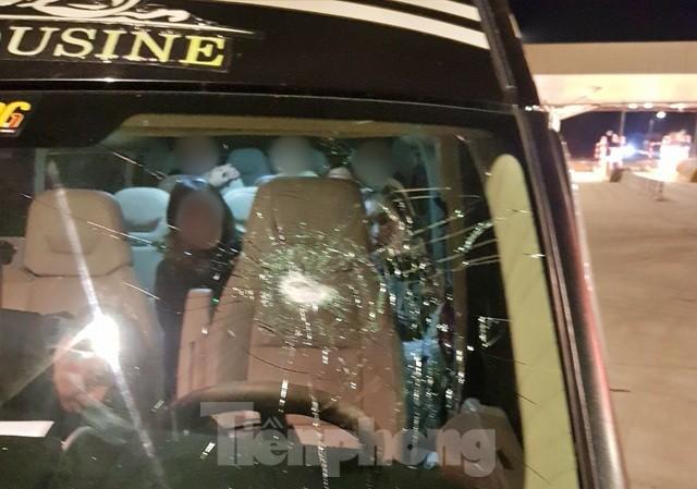 Một chiếc xe ô tô bị ném đá trên tuyến cao tốc Bắc Giang- Lạng Sơn .Ảnh: TL