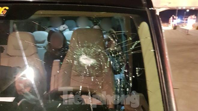 Nhiều xe ô tô bị ném đá vỡ kính trong đêm 9/1 .Ảnh: TL
