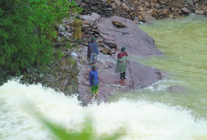 Hàng chục người bất chấp hồ xả lũ vẫn săn bắt cá dưới dòng nước xiết
