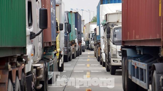 Xe container xếp hàng kiểm tra tại chốt cao tốc Hà Nội - Hải Phòng - QL10 để ra vào thành phố Hải Phòng.
