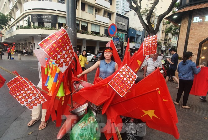 Người Sài Gòn đổ xô ra đường cổ vũ đội bóng đá U22 Việt Nam