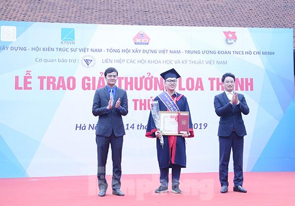 Anh Bùi Quang Huy, Bí thư BCH Trung ương Đoàn, Chủ tịch Trung ương Hội Sinh viên Việt Nam (bên trái) và đại diện BTC trao quà cho các sinh viên có đồ án tốt nghiệp xuất sắc.