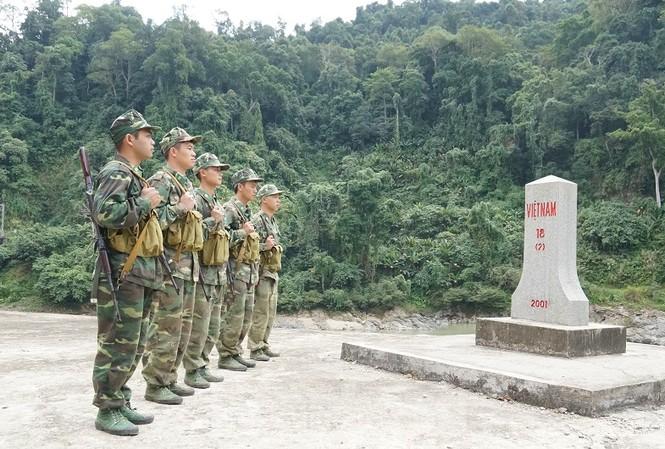 Các chiến sĩ biên phòng thực hiện nghi thức chào cột mốc.
