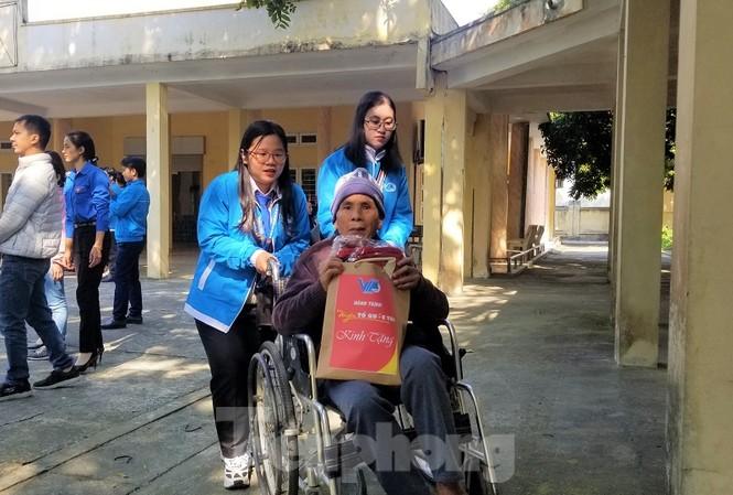 Đại biểu thăm, chăm sóc các thương bệnh binh đang điều trị.