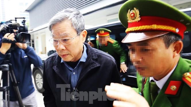 Bị cáo Nguyễn Bắc Son được đưa tới tòa án Hà Nội.