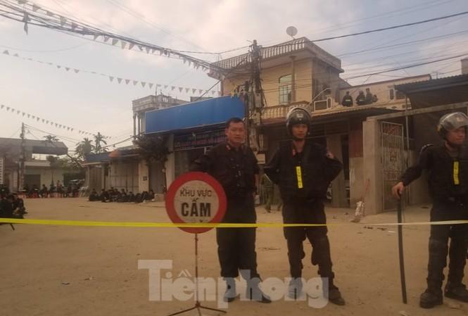 Lực lượng chức năng đảm bảo an ninh trật tự tại cổng làng Đồng Tâm.