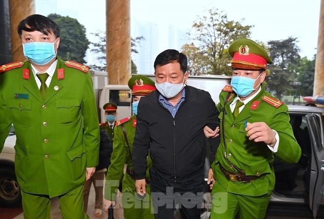 Ông Đinh La Thăng - nguyên Chủ tịch PVN được dẫn giải tới tòa.