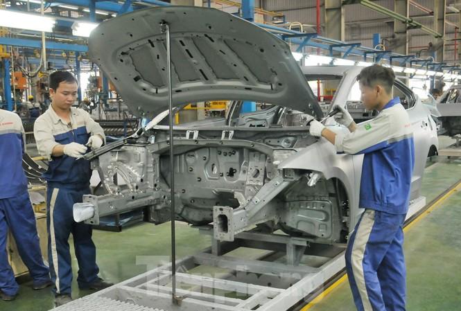 Công nhân Cty TC Motor lắp ráp ô tô. Ảnh: Tuấn Nguyễn