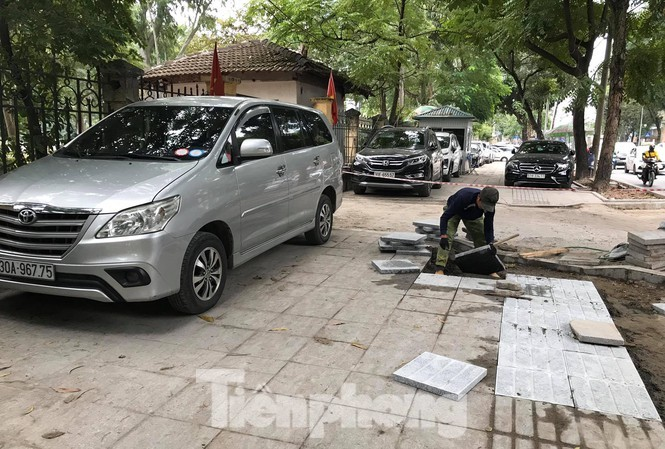 Xe ô tô đỗ trên vỉa hè phố Huỳnh Thúc Kháng đang được lát đá. Ảnh: Trường Phong