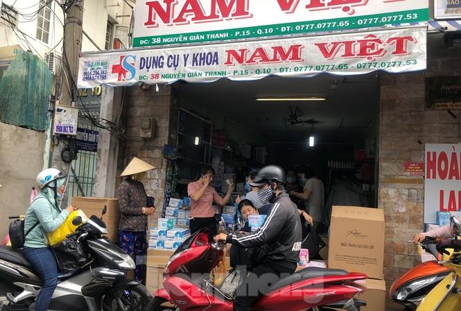 Sợ COVID-19 quay lại, người dân TP HCM đổ xô mua khẩu trang