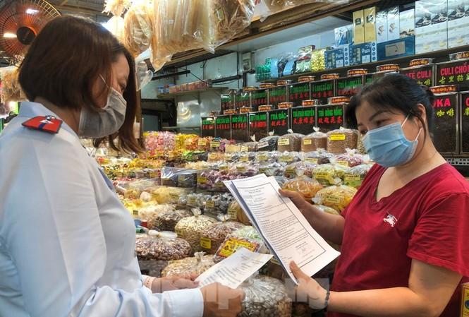 Tiểu thương chợ Phạm Văn Hai trưng giấy tờ hàng hóa cho đoàn kiểm tra