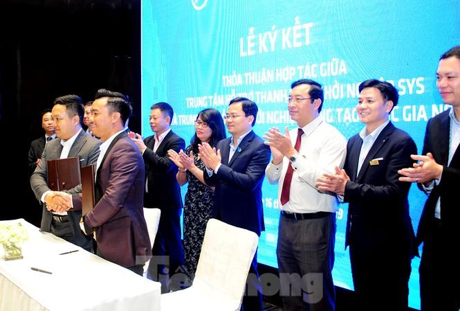 Bí thư thường trực T.Ư Đoàn, Chủ tịch T.Ư Hội LHTN Việt Nam Nguyễn Anh Tuấn và các đại biểu chứng kiến và chúc mừng lễ ký kết giữa các đơn vị