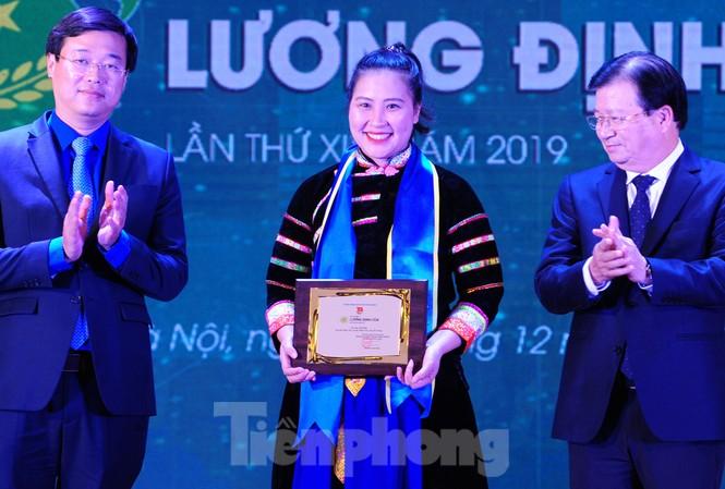Phó Thủ tướng Trịnh Đình Dũng và Bí thư thứ nhất T.Ư Đoàn Lê Quốc Phong trao giải thưởng Lương Định Của năm 2019 cho Lưu Thị Hòa.