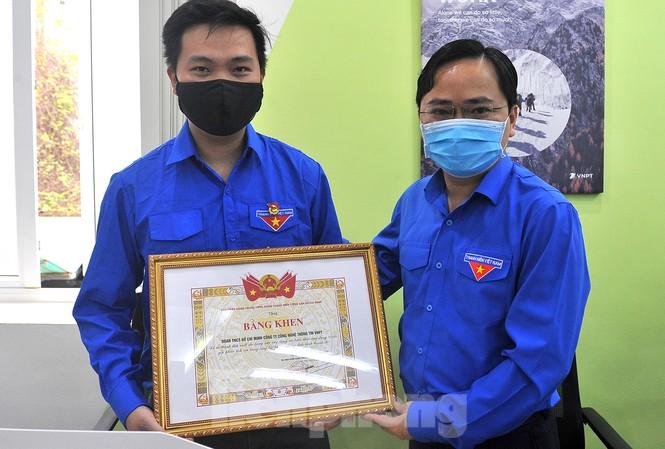 Bí thư thường trực T.Ư Đoàn Nguyễn Anh Tuấn trao tặng bằng khen Đoàn Thanh niên VNPT-IT