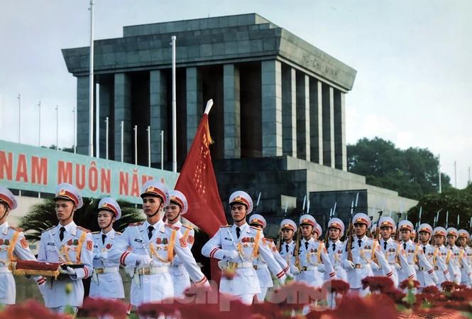 Cán bộ chiến sĩ Đoàn 275 thực hiện nghi lễ chào cờ trước Lăng Chủ tịch Hồ Chí Minh. Ảnh: Ban Quản lý Lăng