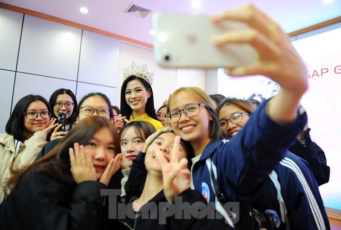 Hoa hậu Việt Nam 2020 Đỗ Thị Hà và lời hứa 'mời cả lớp đi du thuyền'