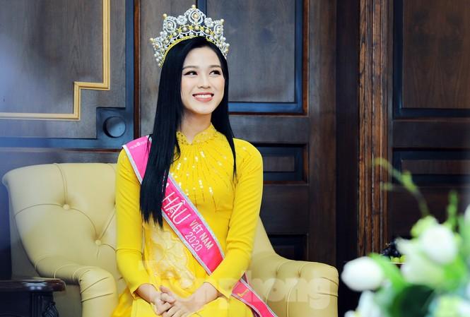 Hoa hậu Việt Nam Đỗ Thị Hà thi môn đầu tiên trong ngày trở lại trường