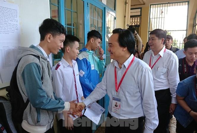 Bộ trưởng Phùng Xuân Nhạ thăm điểm thi tại trường THPT Cư Mgar