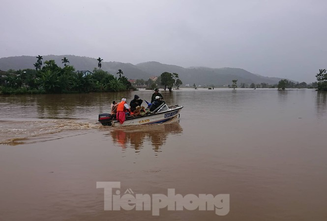 Công an huyện Lắk đưa ca nô đi phá mì tôm cho dân bị ngập lụt