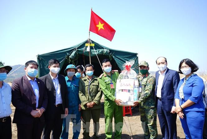 Chủ tịch UBND tỉnh Đắk Lắk Phạm Ngọc Nghị (thứ 2 từ phải) thăm và chúc Tết chốt kiểm soát dịch COVID-19 tại xã Ea Sol