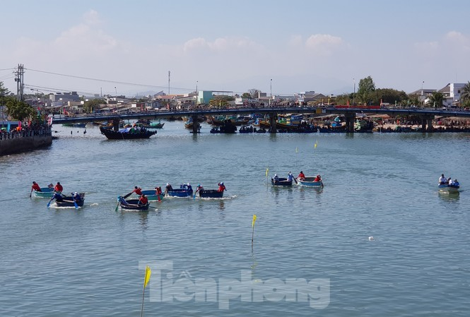Tưng bừng lễ hội đua thuyền trên sông Cà Ty