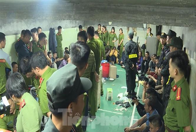 Cảnh sát vây ráp, bắt 52 đối tượng trong sới bạc ở Vĩnh Phúc