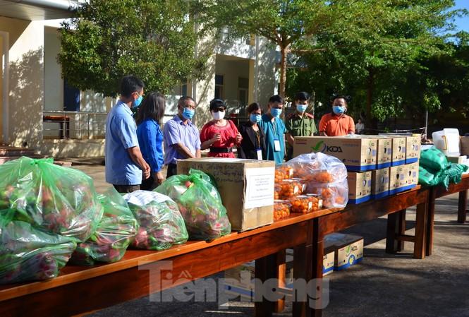 Báo Tiền Phong tổ chức tặng quà tại Khu cách ly 33 Hà Huy Tập