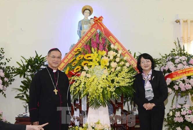 Phó Chủ tịch nước Đặng Thị Ngọc Thịnh chúc mừng Giáng sinh tại Giáo phận Bùi Chu. Ảnh: Hoàng Long