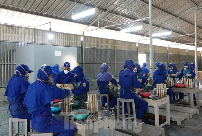 Các kíp công nhân đang thực hiện công đoạn nhồi, nén thuốc pháo. Ảnh: Nguyễn Minh