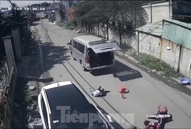 Học sinh ngồi trên xe bị văng ra ngoài (ảnh chụp từ clip)