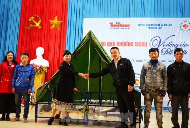 Trưởng Ban tổ chức trao tượng trưng giường bè cho Lãnh đạo xã Cư San