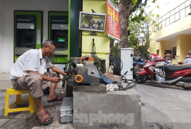 Ông Nguyễn Ðăng Sinh cắt chìa khóa cho khách