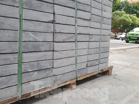 Các viên đá  được đưa đi lát vỉa hè ở các tuyến phố tại Hà Nội còn nguyên kiện nhưng đã sứt mẻ, nứt nẻ được xử lý bằng cách... quét vôi, ve để che kín.