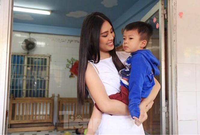Hoa hậu Tiểu Vy truyền cảm hứng cho những mảnh đời bất hạnh ở Bình Dương