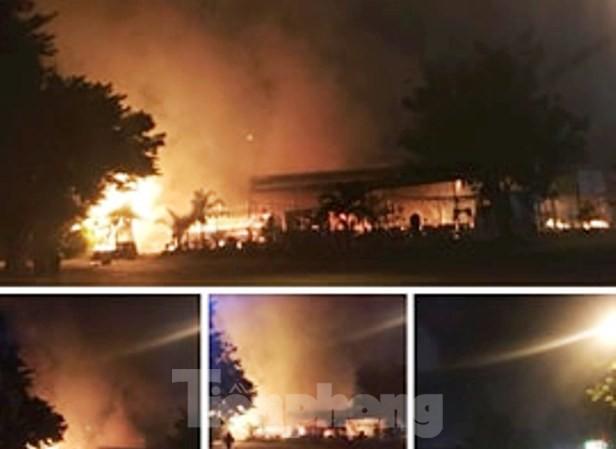 'Bà hỏa' thiêu rụi một nhà hàng lớn giữa trung tâm thành phố