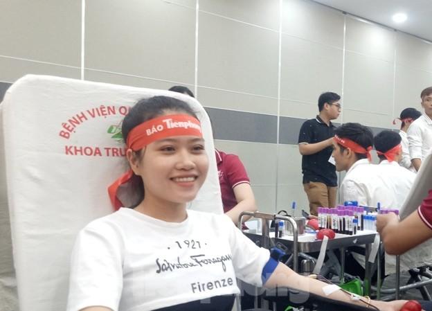 Nụ cười 'tỏa nắng' của các bạn trẻ tại ngày hội hiến máu Chủ nhật đỏ