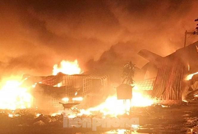 Bình Dương: Cháy ngút trời trong khu dân cư, dân ôm đồ tháo chạy giữa trưa