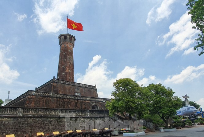 Kỳ đài có cấu trúc gồm 3 tầng đế và một tòa tháp, các tầng đế có hình chóp vuông cụt, diện tích nhỏ dần và được xếp chồng lên nhau theo thứ tự nhỏ dần (ảnh chụp từ khuôn viên Bảo tàng lịch sử quân sự Việt Nam) Ảnh: Đức Anh