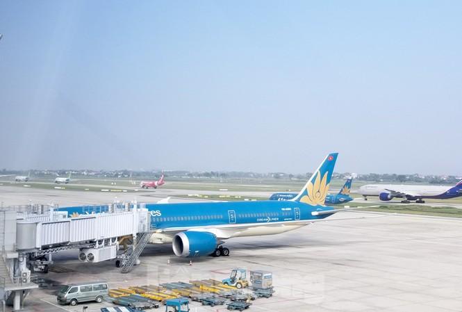 Sân bay Nội Bài đã bắt đầu tắc vào giờ cao điểm. Ảnh tàu bay xếp hàng dài đợi tới lượt cất cánh.