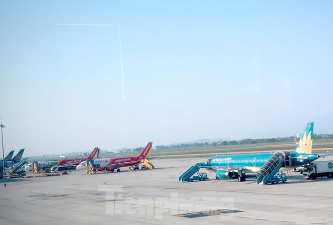 Sân bay quá tải nhưng các dự án mở rộng sân bay cũ, hay đầu tư sân bay mới gặp nhiều vướng mắc. Ảnh sân bay Nội Bài.