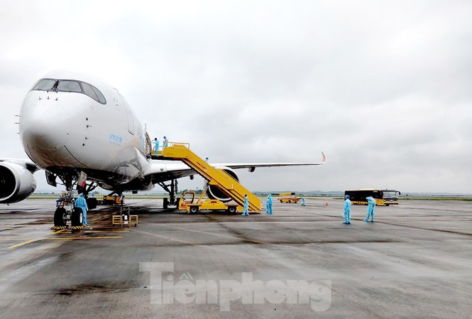 Kế hoạch tổ chức các chuyến bay có thu phí trọn gói tạm thời phải dừng lại sau khi dịch COVID-19 tái lây nhiễm ra cộng đồng.