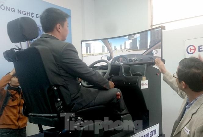 Thiết bị cài đặt phần mềm mô phỏng các tình huống giao thông sẽ được áp dụng trong học và thi bằng lái xe thời gian tới. Ảnh: Phạm Thanh.