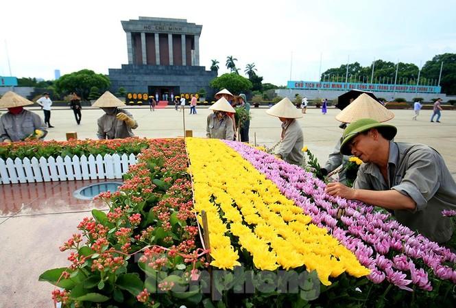 Những người thợ tận tâm dệt những thảm hoa, vườn cảnh quanh Lăng Bác